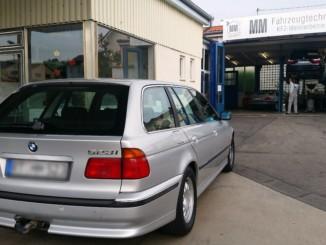 BMW E39 523i vor der MM Fahrzeugtechnik Werkstatt in Gomaringen. Autodrom Magazin