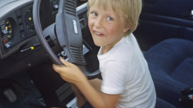 Kind im Auto am Spielen Autodrom Magazin