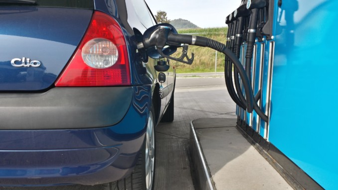 Renault Clio beim Tanken