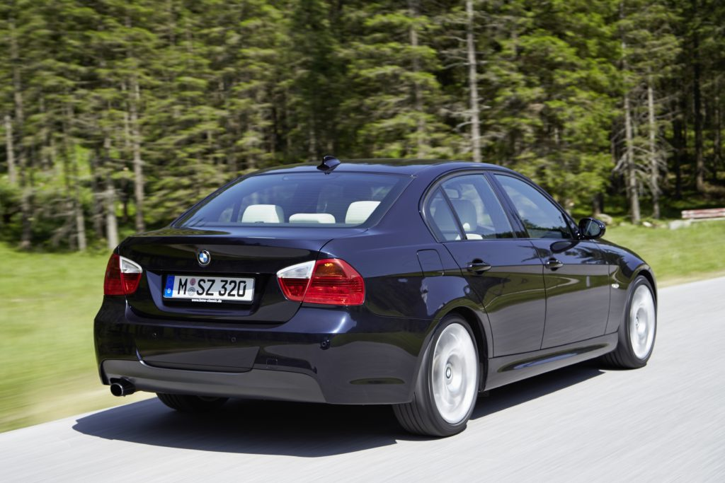 Schwarzer BMW E90 von hinten.
